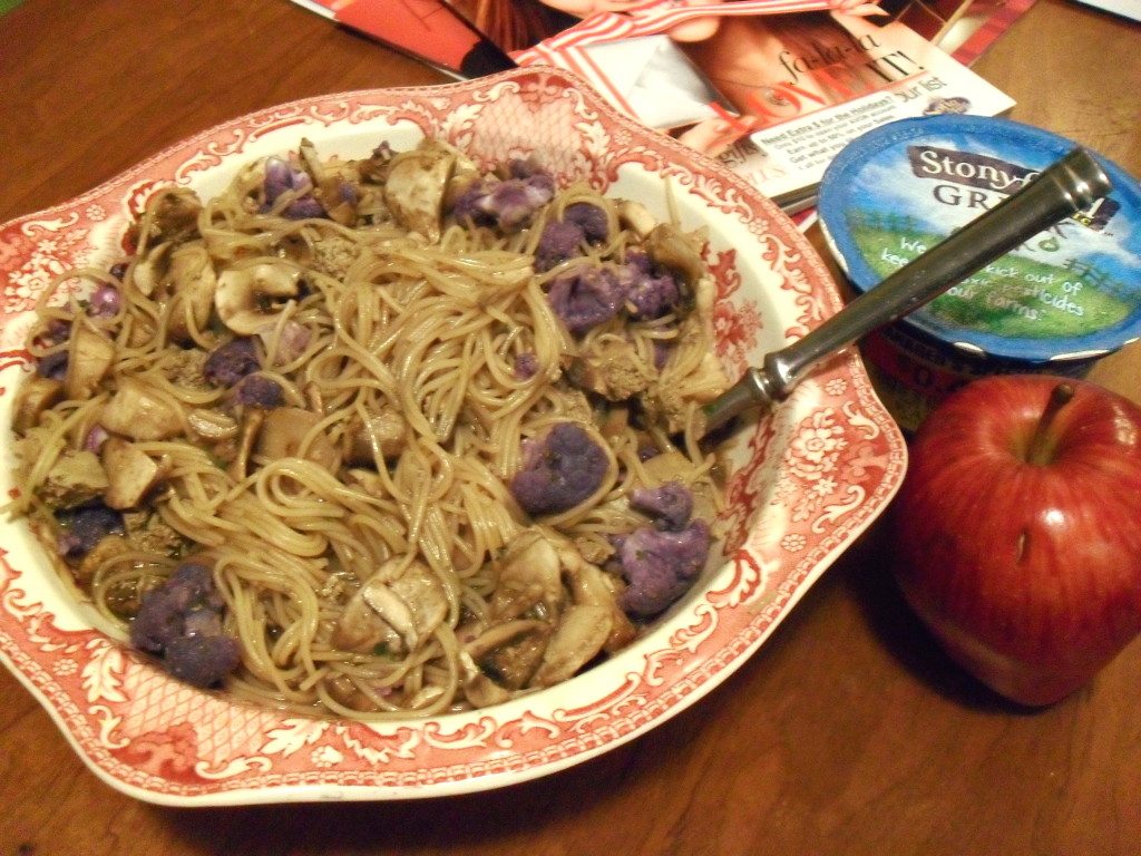 https://foodloader.net/sweetie_2013-12-02_stroganoff__chicken_livers__purple_cauliflower__mushrooms__yogurt__apple.jpg