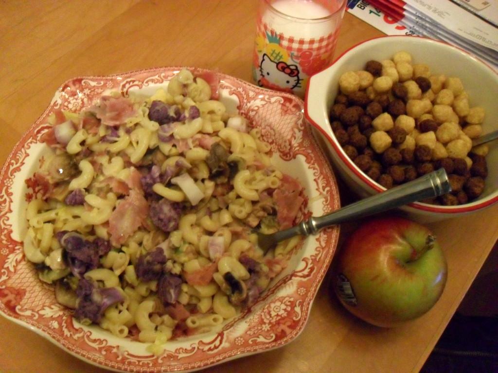 http://foodloader.net/sweetie_2013-12-10_noodles__cheese_sauce__ham__cauliflower__mushrooms__milk__cereal__apple_lol.jpg
