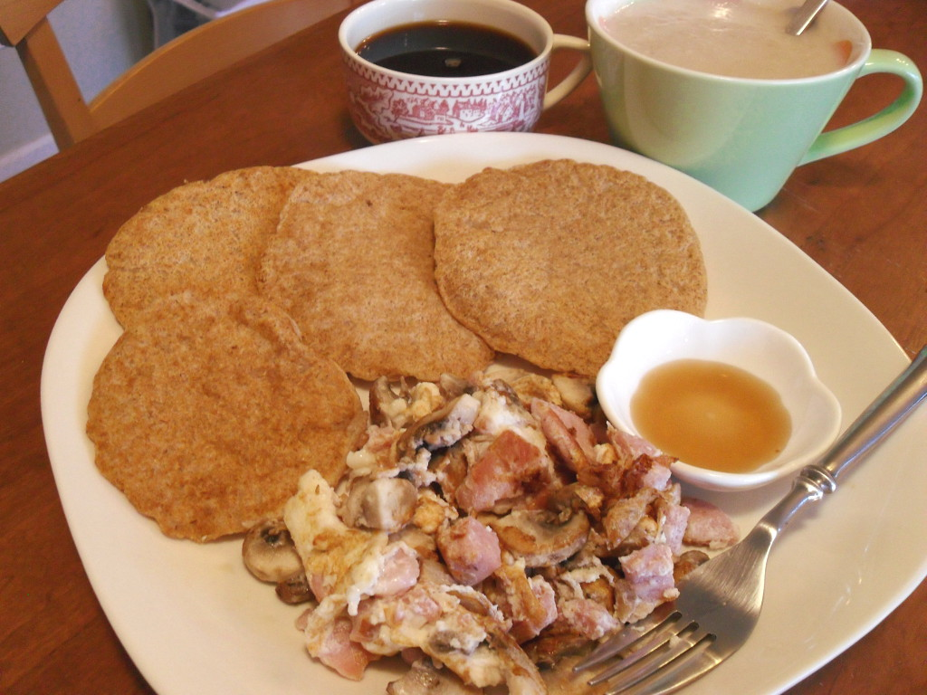 http://foodloader.net/sweetie_2013-12-15_coffee__oatmeal__cornmeal_pancakes__omelette_with_ham_and_mushrooms__syrup.jpg