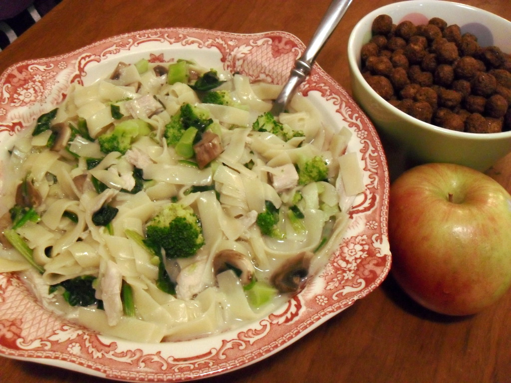https://foodloader.net/sweetie_2013-12-18_alfredo_linguini__turkey__mushrooms__spinach__broccoli__cocoa_puffs__apple.jpg
