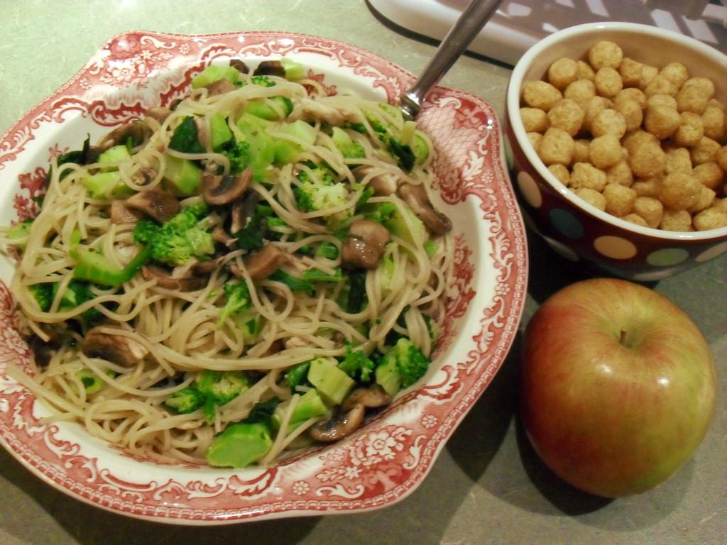 https://foodloader.net/sweetie_2013-12-20_spaghetti__herbs__turkey__mushrooms__broccoli__spinach__capn_crunch__apple.jpg