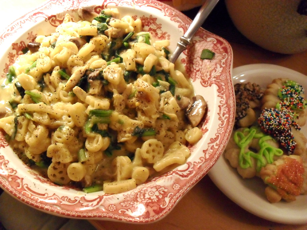 https://foodloader.net/sweetie_2013-12-22_mac_and_cheese__turkey__spinach__mushrooms__homemade_spritz_cookies.jpg