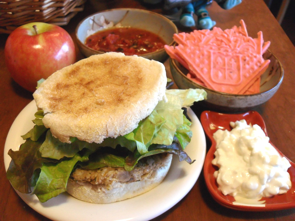 https://foodloader.net/sweetie_2013-12-25_apple__tomatoes__pizzelle_cookies__veggie_burger___lettuce__cottage_cheese.jpg