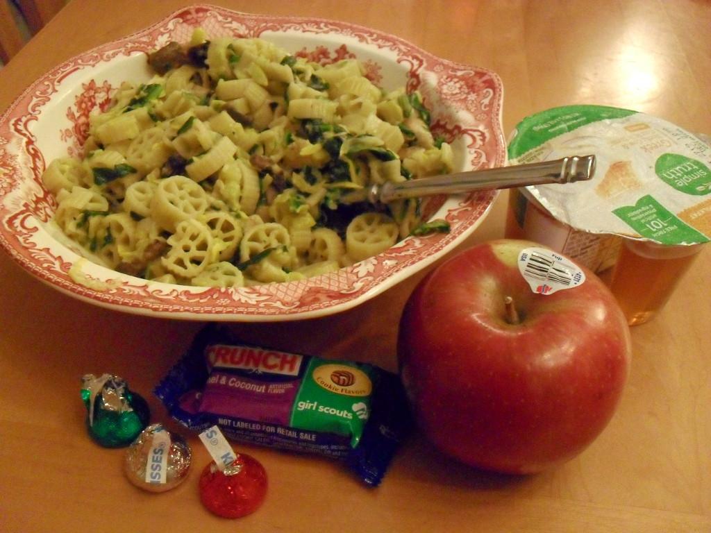 http://foodloader.net/sweetie_2014-01-02_velveeta__pasta__chicken__spinach__mushrooms__yogurt__apple__chocolates.jpg