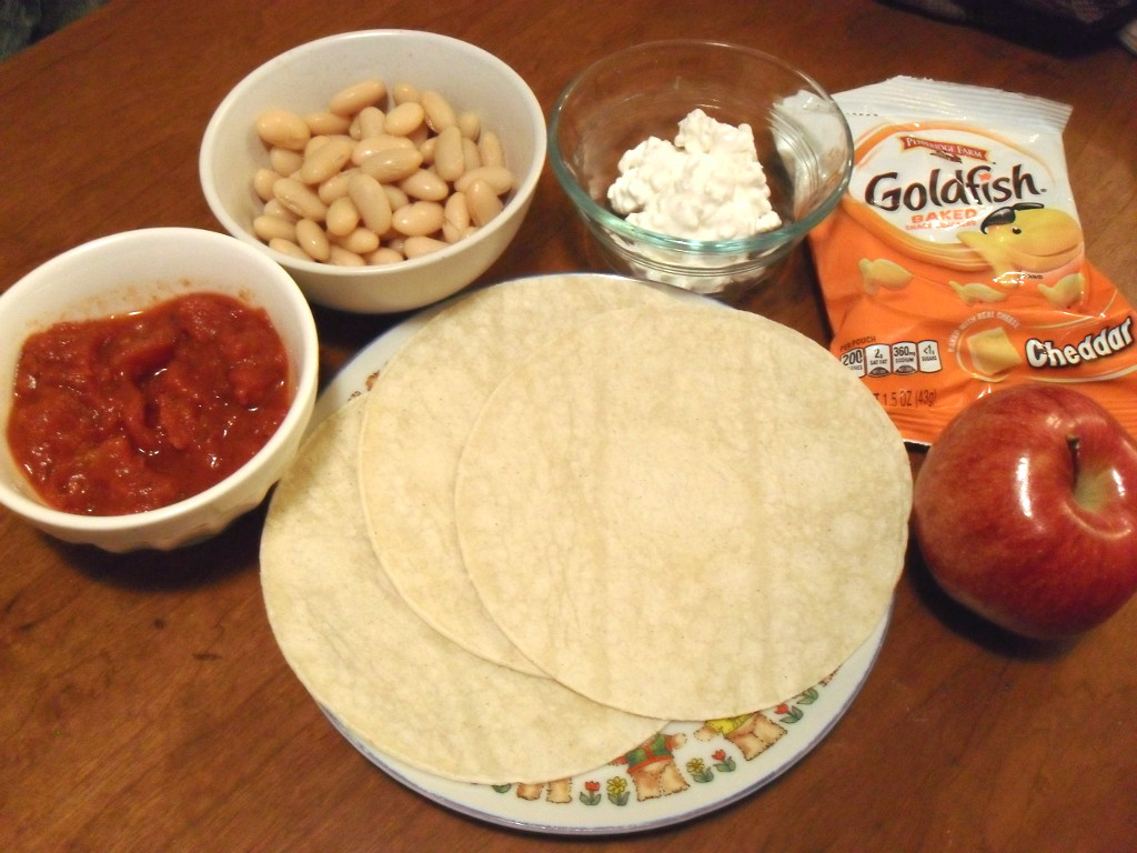 http://foodloader.net/sweetie_2014-01-06_tomatoes__kidney_beans__cottage_cheese__goldfish_crackers__apple__tortillas.jpg