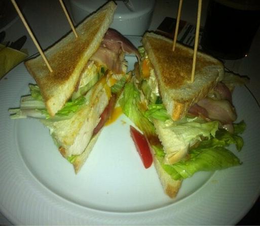 https://foodloader.net/toniy0_2013-02-19_Sandwich_mit_Haehnchen__Ei_und_Bacon.jpg